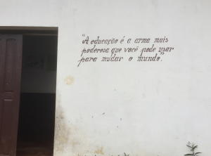 """""""Bildung ist die gefährlichste Waffe, die Du verwenden kannst, um die Welt zu verändern."""" Gesehen an einer Grundschule auf einer Kaffeeplantage auf São Tomé."""